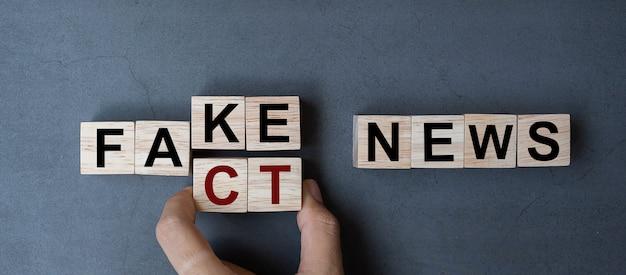 Fake to fact nieuwswoord op lijstachtergrond. Premium Foto