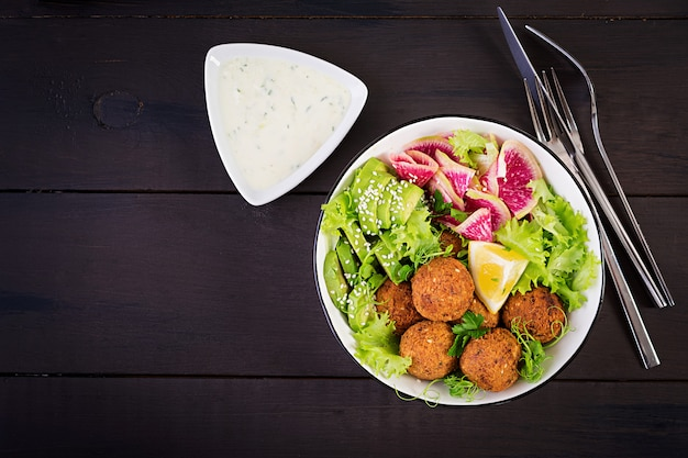 Falafel en verse groenten Premium Foto