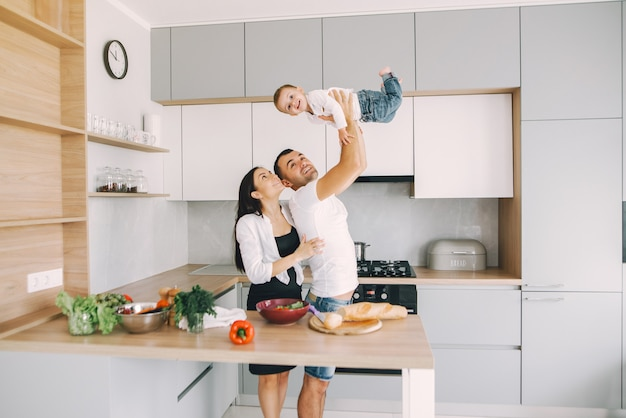 Familie bereiden de salade in een keuken Gratis Foto