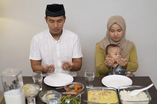 Familie bidt voordat ze samen gaan eten Premium Foto