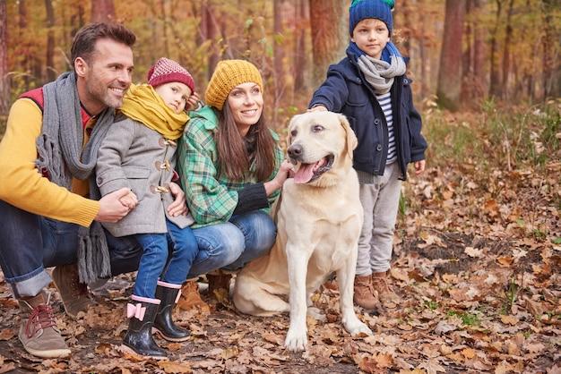 Familie brengt graag tijd buiten door Gratis Foto