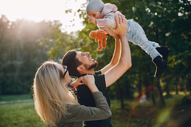 Familie brengt tijd door in een park Gratis Foto