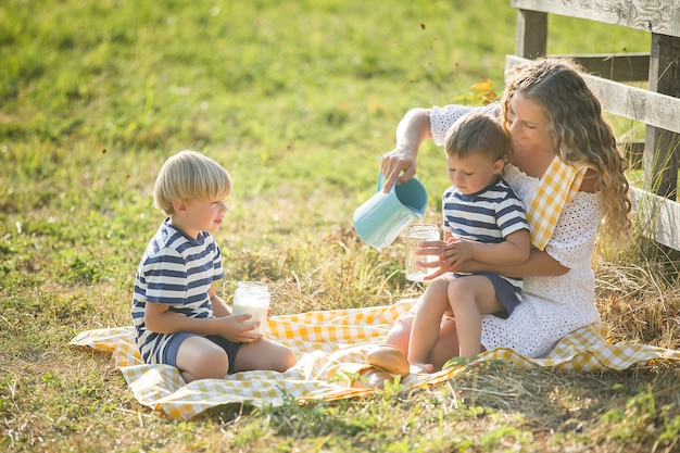 Familie consumptiemelk buitenshuis Premium Foto