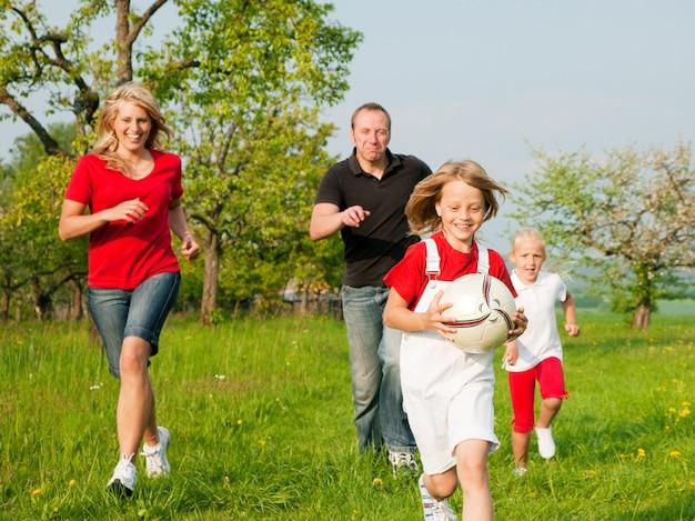 Familie die ballgames speelt Premium Foto