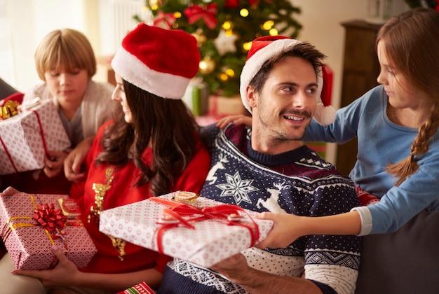 Familie die de kerstcadeautjes deelt Gratis Foto