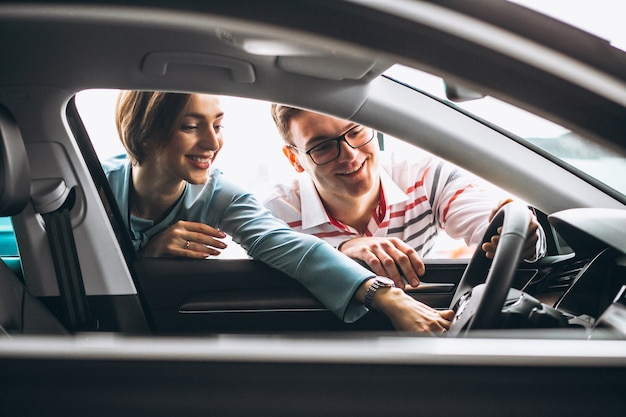 Familie die een auto koopt bij een dealer Gratis Foto
