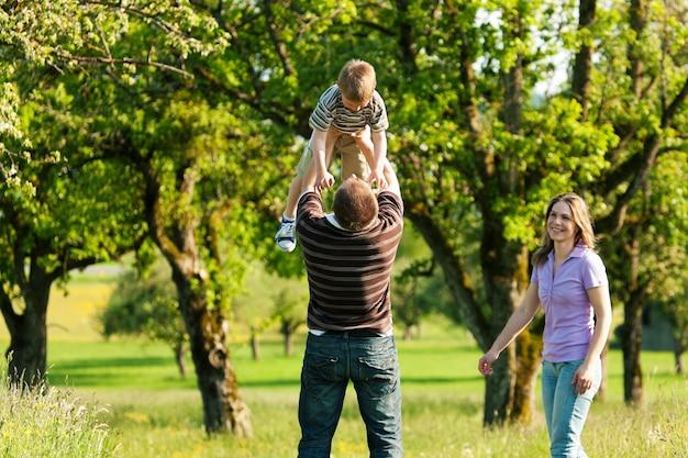 Familie die een gang in openlucht in de zomer heeft Premium Foto