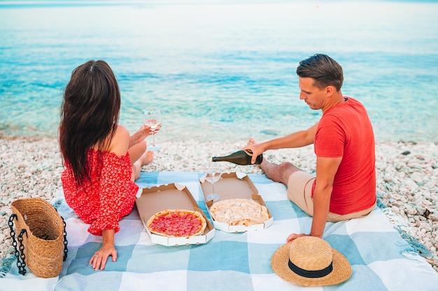 Familie die een picknick op het strand heeft Premium Foto