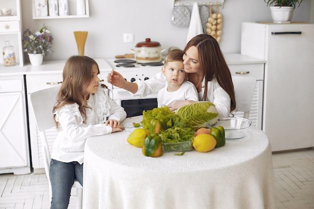 Familie die een salade in een keuken voorbereidt Gratis Foto