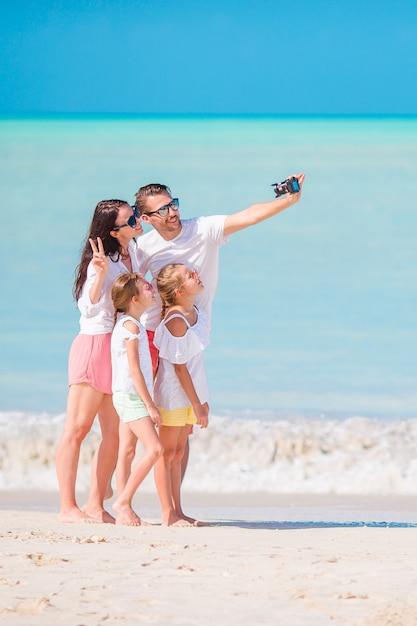 Familie die een selfiefoto op het strand neemt. familie strandvakantie Premium Foto