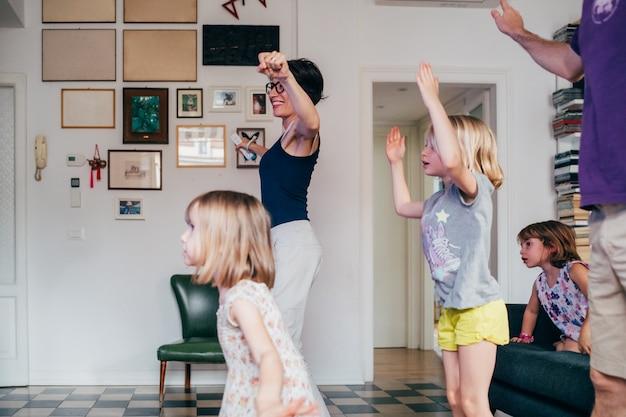 Familie die samen binnen het spelen videospelletje danst Premium Foto