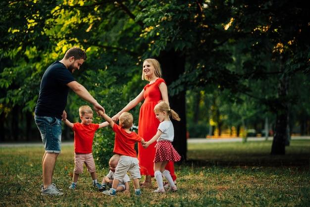 Familie die samen in een cirkeldans is Gratis Foto