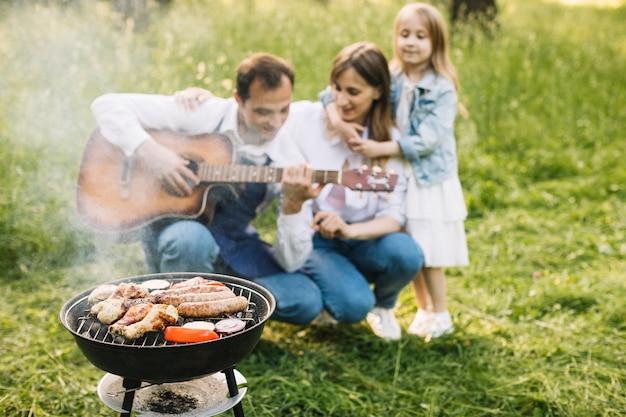 Familie doet een barbecue in de natuur Premium Foto