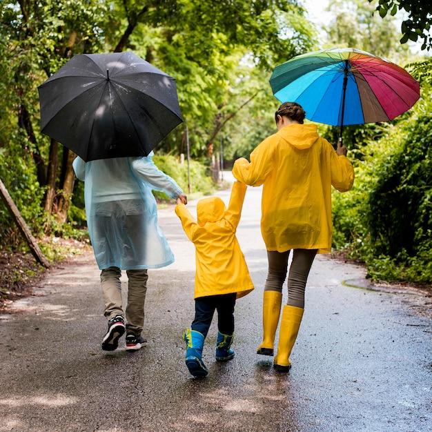Familie een wandeling in de regen Gratis Foto