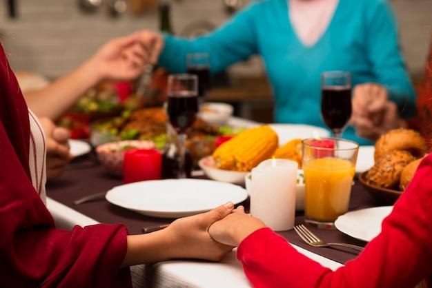 Familie hand in hand op thanksgiving evenement Gratis Foto