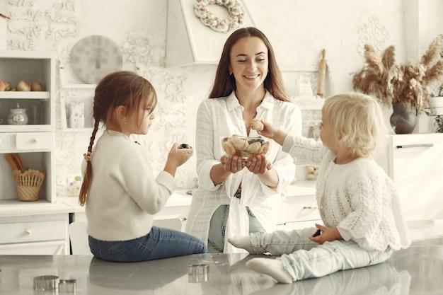 Familie in een keuken. mooie moeder met dochtertje. Gratis Foto