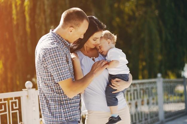 Familie in een park Gratis Foto