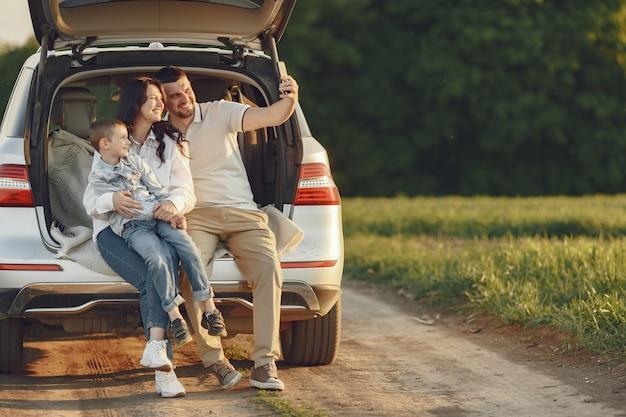 Familie in een zomer bos door de open stam Gratis Foto