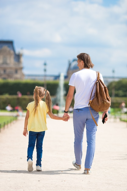 Familie in europese stad, parijs, frankrijk. frans zomervakantie, reizen en mensenconcept. Premium Foto