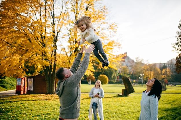Familie in groene natuur samen Gratis Foto