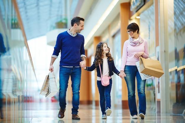 Familie in het winkelcentrum Gratis Foto