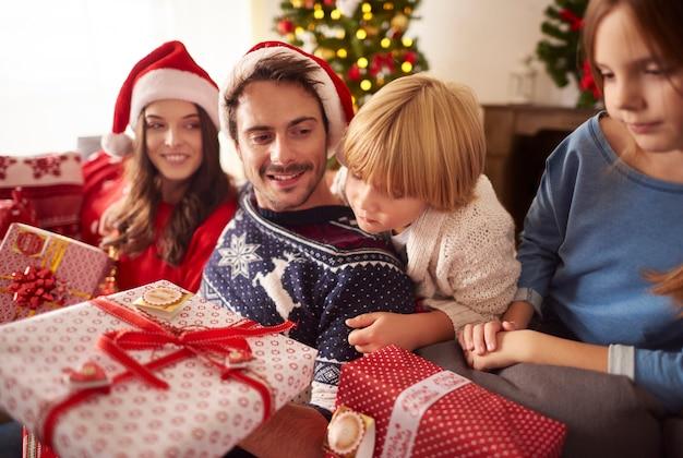 Familie in kersttijd thuis Gratis Foto