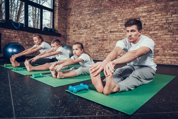 Familie in sportruimte is aanrakende vinger. Premium Foto