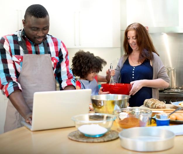 Familie koken keuken voedsel saamhorigheid concept Premium Foto