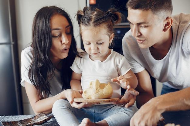 Familie kookt het deeg voor koekjes in de keuken Gratis Foto