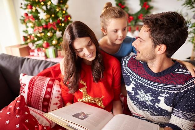 Familie leesboek met kerstmis Gratis Foto
