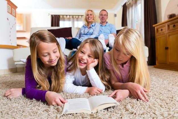 Familie lezen van een boek samen Premium Foto