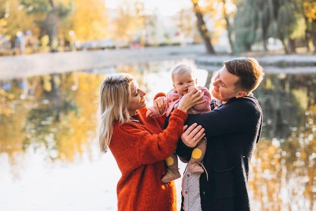 Familie met babydochter die in park loopt Gratis Foto