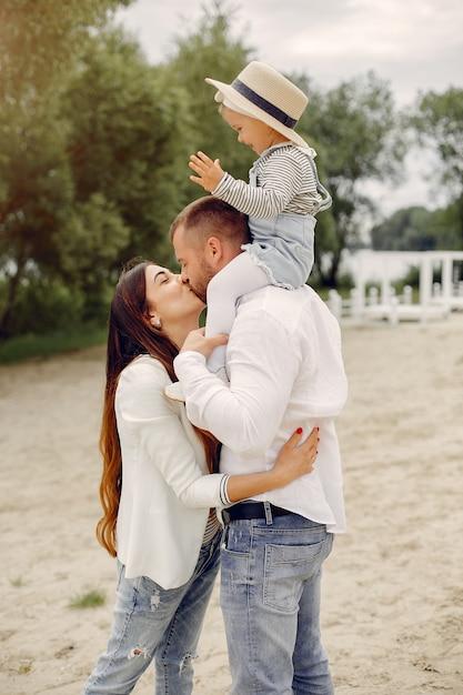 Familie met dochter het spelen in een park Gratis Foto
