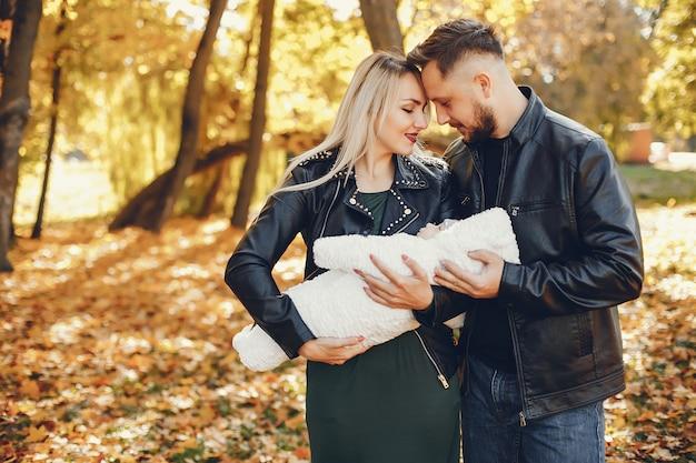 Familie met dochter in een de herfstpark Gratis Foto