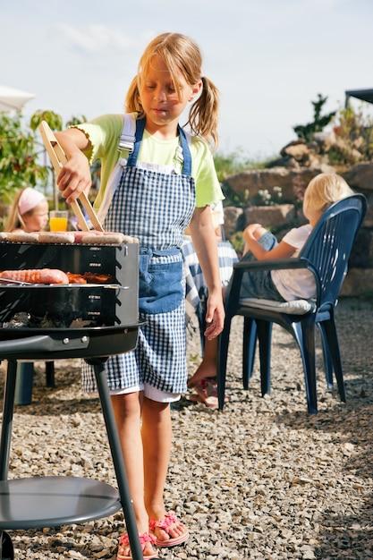 Familie met een barbecuefeest Premium Foto