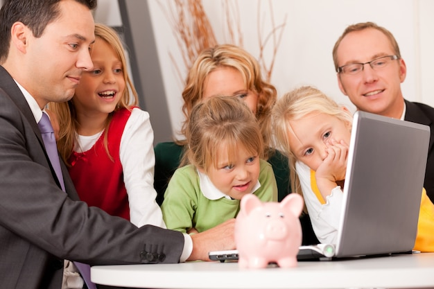 Familie met financieel adviseur Premium Foto