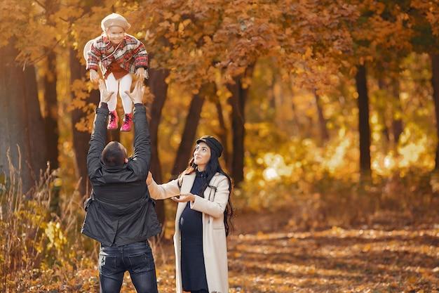 Familie met kleine dochter in een herfst park Gratis Foto
