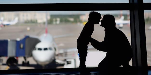 Familie met kleine jongen op de internationale luchthaven Premium Foto