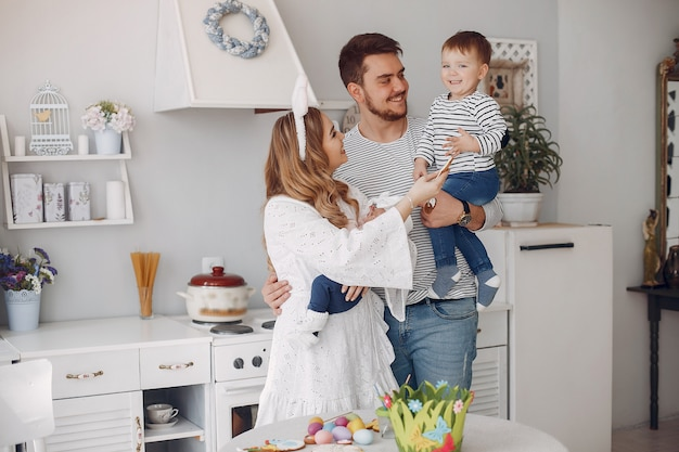 Familie met kleine zoon in een keuken Gratis Foto