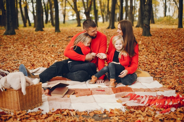 Familie met schattige kinderen in een herfst park Gratis Foto
