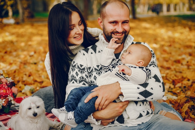Familie met zoon in een de herfstpark Gratis Foto