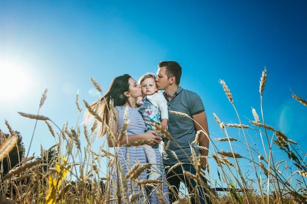 Familie, moeder, vader en dochter gelukkig en mooi wandelen in het veld Premium Foto