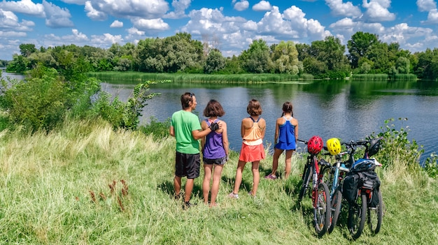 Familie op fietsen fietsen op fietsen buitenshuis Premium Foto