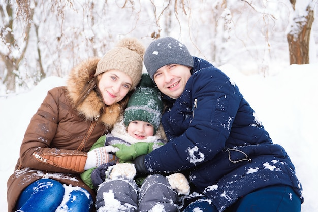 Familie plezier, spelen in de winter buiten lopen Premium Foto