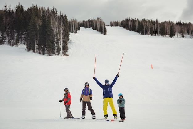 Familie plezier tijdens het skiën Gratis Foto