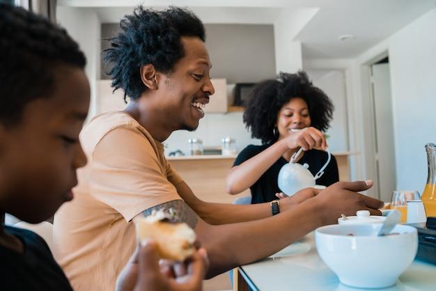 Familie samen ontbijten thuis. Premium Foto
