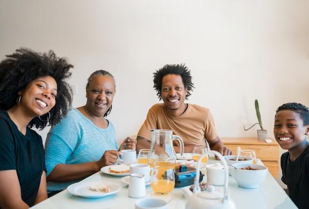 Familie samen ontbijten thuis. Gratis Foto