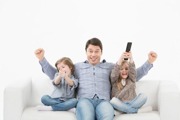 Familie samen televisie kijken op de bank Premium Foto