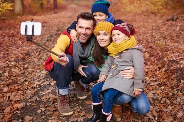 Familie selfie van reis naar bos Gratis Foto