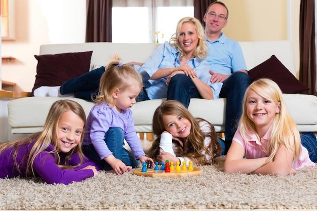 Familie thuis bordspel spelen Premium Foto